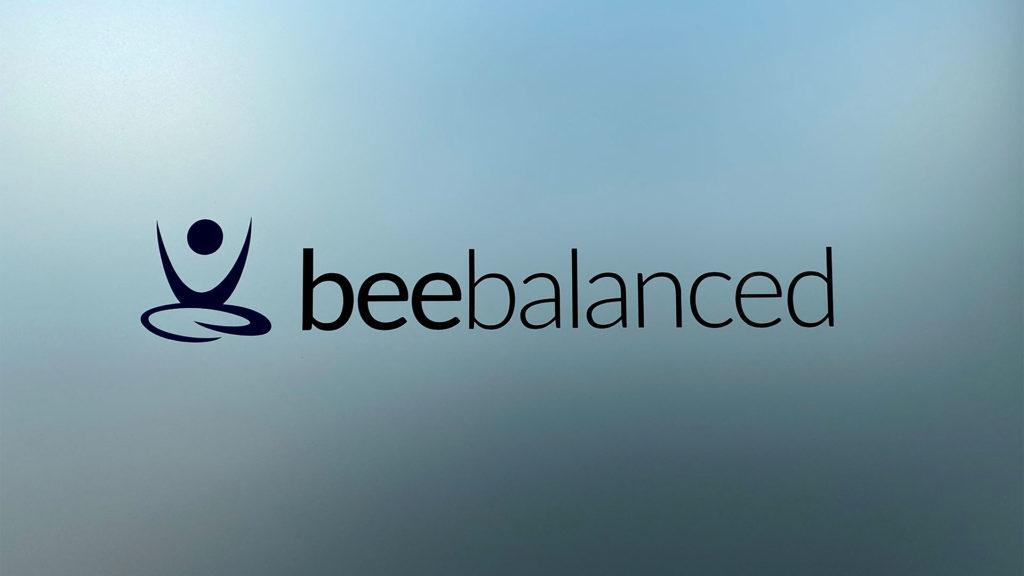 beebalanced Partner Logo auf Milchglas